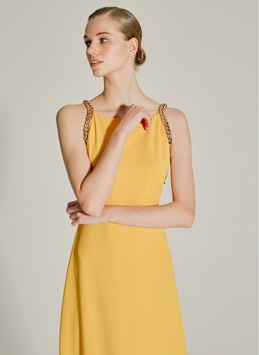 NGSTYLE Zincir Detaylı Halter Yaka Elbise Hardal